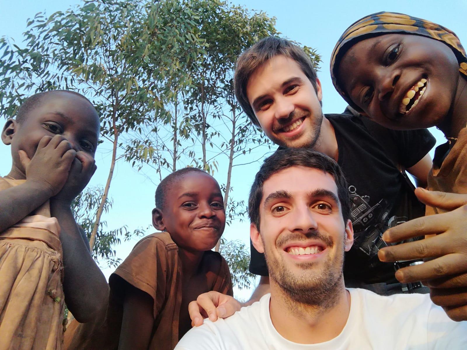 Davide Gorgi ed il suo collega in Burundi insieme a dei locali
