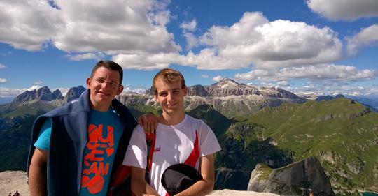 Lorenzo Manzoni ed un altra persona con sfondo un paesaggio montano