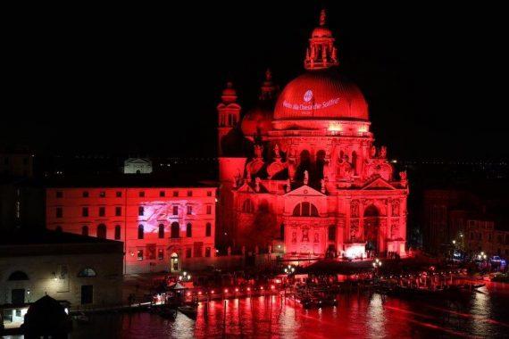 Vista notturna della chiesa della salute iluminata di rosso durante i pellegrinaggi