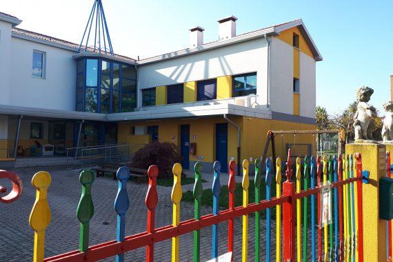 Struttura esterna del Nido Integrato San Domenico Savio con annesso cortile ricreativo