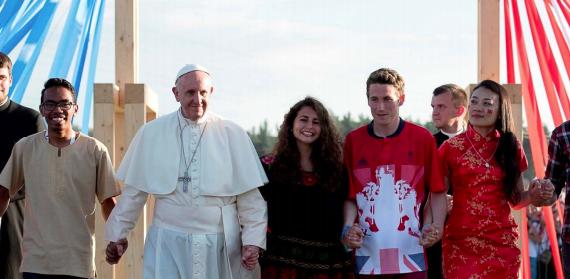 Papa Francesco e ragazzi e ragazze che si stringono tutti per mano
