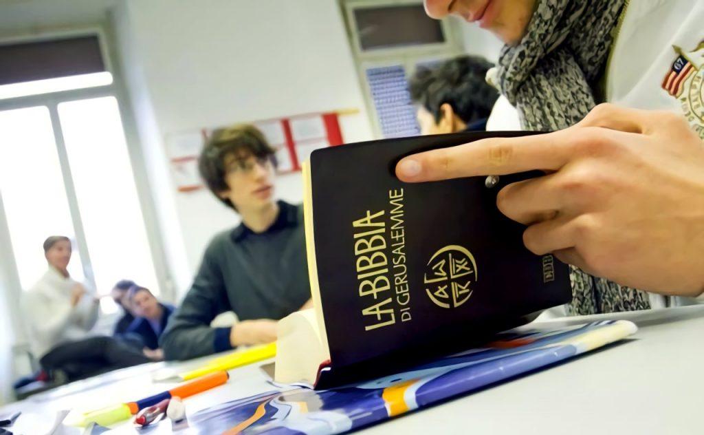La religione cattolica a scuola, ragazzi in classe durante l'ora di religione